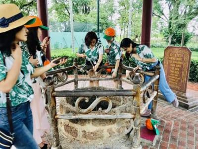 Du khách rửa mặt từ nguồn nước giếng xưa trong vườn Nhà Tây Sơn